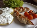 Salata de pui la gratar cu sos tzatziki