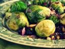 Salata sanatoasa cu varza de Bruxelles, broccoli, merisoare si nuci de pin
