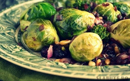 salata sanatoasa cu varza bruxelles Salata sanatoasa cu varza de Bruxelles, broccoli, merisoare si nuci de pin